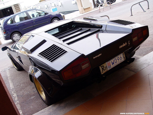 Real Life: A black Lamborgini Countach LP400S without spoiler (2 of 5)